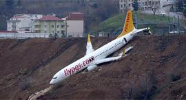 מטוס החליק מהמסלול בטורקיה ונתלה על צוק, צילום: רויטרס