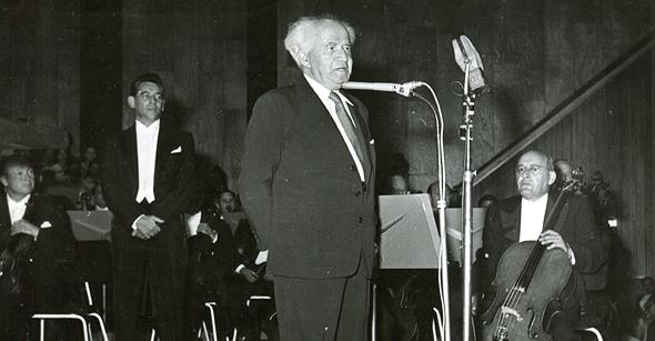 """בן גוריון נואם באירוע הפתיחה ב־1957, צילום: צלמניה """"פריאור"""""""