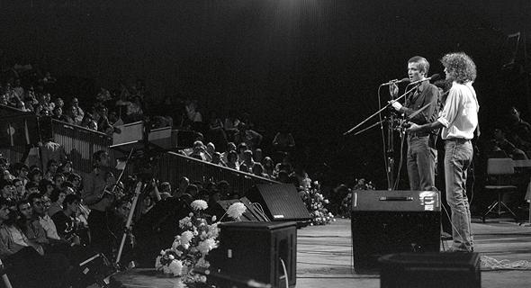 אריק איינשטיין ושלום חנוך על במת ההיכל ב־1979