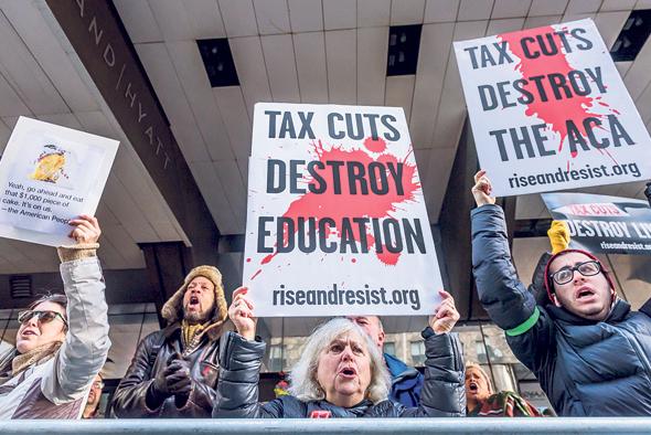 """הפגנה נגד רפורמת המס של טראמפ, בדצמבר בניו יורק. """"השלכות שליליות ארוכות טווח על האי־שוויון"""""""