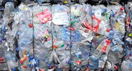 פסולת פלסטיק במתקן מיחזור בצרפת, צילום: בלומברג