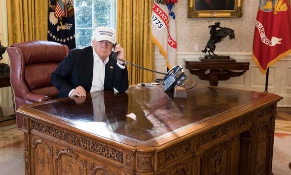 """נשיא ארה""""ב דונלד טראמפ החדר הסגלגל שולחן עבודה, צילום: The White House"""