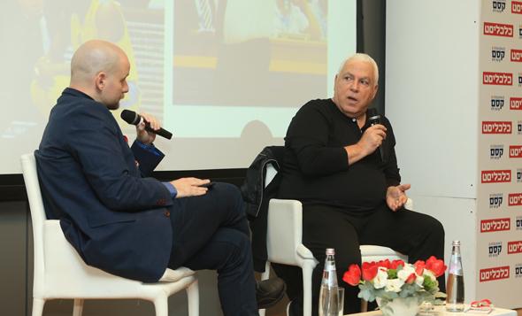מימין: פיני גרשון בשיחה עם אוריאל דסקל בכנס