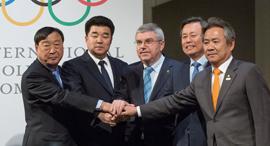 נציגי הקוריאות עם נשיא הוועד האולימפי הבינלאומי, תומאס באך, צילום: גטי אימג'ס