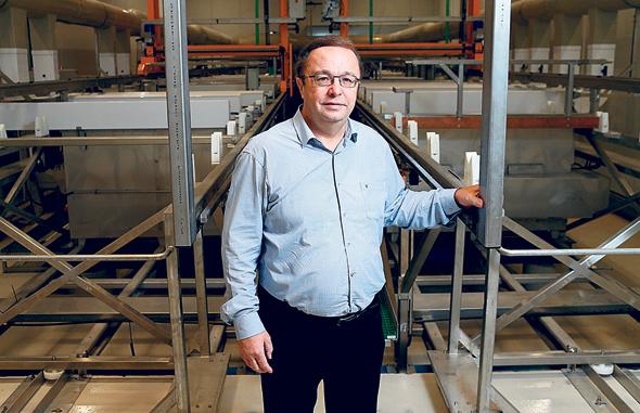 """קורץ. """"אני כמנכ""""ל המפעל מרוויח פחות מעובדת הניקיון הזוטרה ביותר, המשכורת שלי היא פחות מ־3,000 שקל"""" , צילום: עמית שעל"""