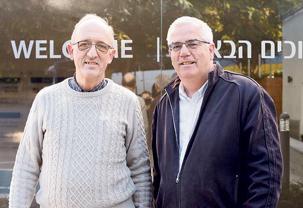 """פוקס (מימין) ואלברט, מנהיגי הקהילה. """"הבנו שבמלחמת גוג ומגוג יש כמה גלים, ופיתחנו מסננים למקלטים"""", צילום: עמית שעל"""