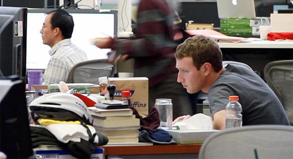 שולחן עבודה מרק צוקרברג פייסבוק, צילום: CONTENTVERSE