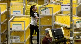 עובדים במרכז של אמזון ב פיטרבורו בריטניה, צילום: בלומברג