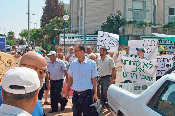 תושבי חריש מפגינים ב־2010 נגד החלטת הממשלה לייעד את העיר לציבור החרדי. לבסוף הוחלט על צביון מעורב