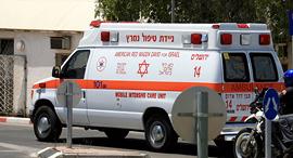 אמבולנס ב מרכז ל טיפול נשימתי ב בית חולים תל השומר, צילום: מיכאל קרמר ו אורן אגמון