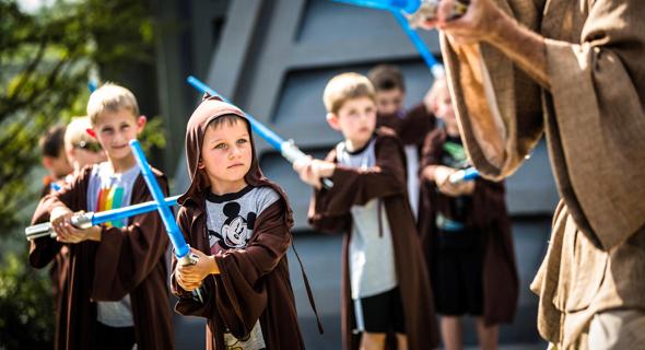 פנאי ילדים פושטים על מקדש הג'דיי במסלול אימוני ג'דיי של אולפני דיסני, צילום: David Roark/Disney