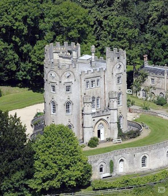 אחוזת מידפורד באת' שרכש באנגליה, אחת משתי הטירות שרכש באירופה