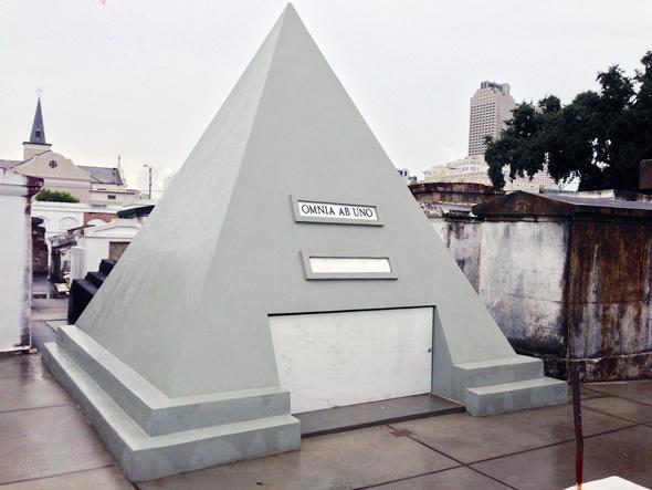 פירמידת קבורה בגובה של כמעט 3 מטרים