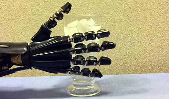 היד הרובוטית במהלך ניסוי
