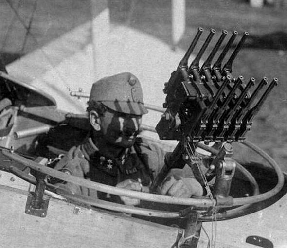 אוסף אקדחים בתא האחורי. כך ניסו פעם להפיל מטוסים