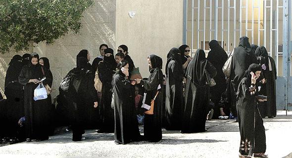 נשים ליד משרד ההגירה בסעודיה