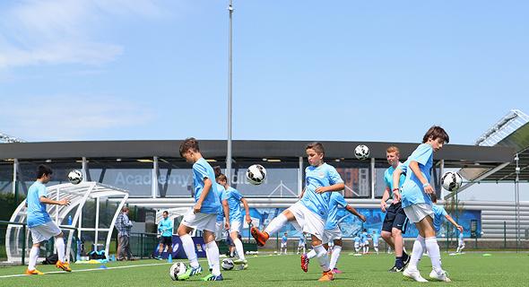 ילדי מנצ'סטר סיטי מתאמנים. שני שלישים ממתחם הספורט הגדול באנגליה שייכים לאקדמיה של המועדון
