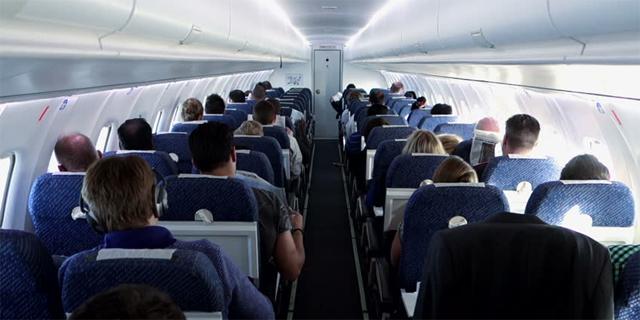השיטה של חברות התעופה: מפצלות נוסעים בכוונה כדי שישלמו אם הם רוצים לשבת ביחד
