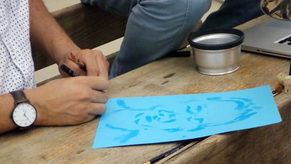 האמן קמנג וה להולרה מוכר פורטרטים שאייר במים במקום גואש או אקריליק
