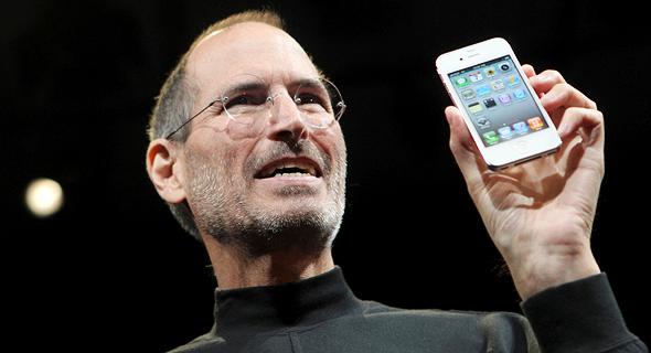 סטיב ג'ובס מציג את האייפון הלבן. אנשים היו מוכנים לזרוק את הטלפון שלהם על בלונים ולסכן אותו, רק כדי לשדרג לטלפון חדש בגלל הצבע שלו