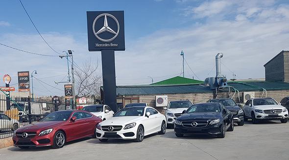 שלט פרסומת של מרצדס מתנוסס מעל דגמי המכוניות החדשות