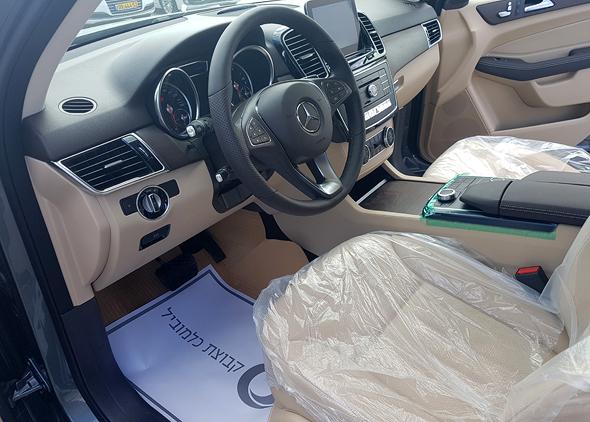 השטיח של יבואנית מרצדס על רצפת הרכב, המסירה מתבצעת במגרש בצפון