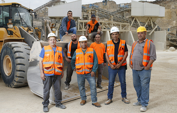 עובדים של שפיר הנדסה חוגגים את הבונוס שקיבלו