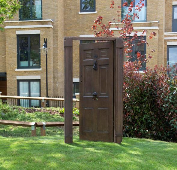 """הפסל של טורק בפארק ציבורי. """"הדלת היא פורטל לעולם חדש"""""""