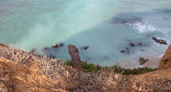 כתם הזיהום הצהוב בנוף ים. על המדינה לגייס מקור תקציבי נפרד לטיהור השטח