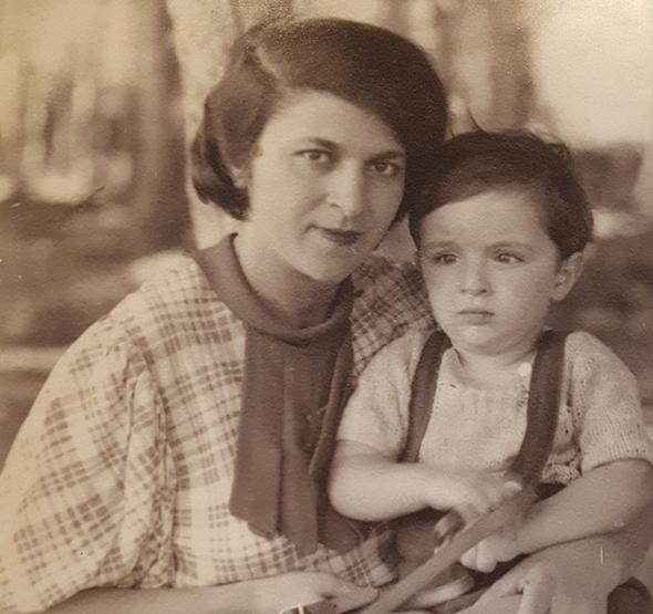 1934 - מאיר חת בן השנתיים עם אמו מיכל, בחיפה