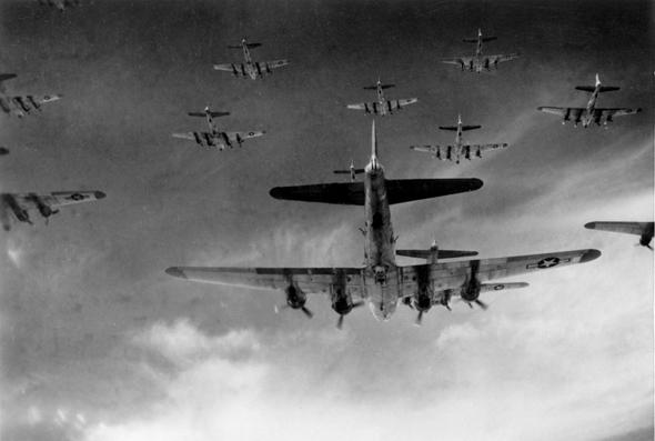 מבני מפציצים אמריקאים בדרכם לאירופה הכבושה, צילום: nationalinterest