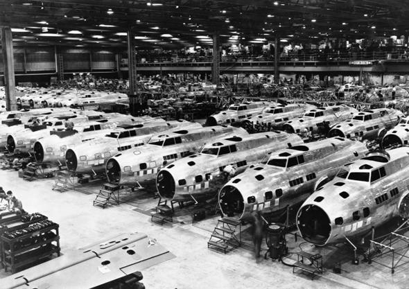 לא חסרו מטוסים לאחר מלחמת העולם. פס ייצור מפציצי B17, צילום: pinimg