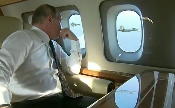 פוטין צופה בטייס הליווי שלו בטיסה מעל סוריה