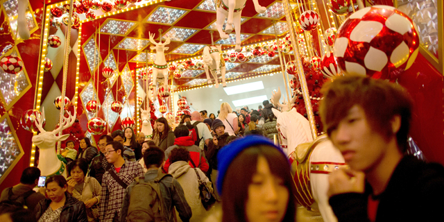 סינים קונים לקראת חג המולד. סין השתמשה בצרכנים כדי לבנות קשרים, צילום: בלומברג