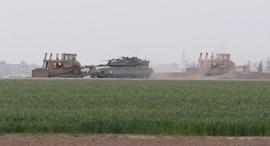 """כוחות צה""""ל ליד מקום התקרית בגבול עזה, צילום: הרצל יוסף"""