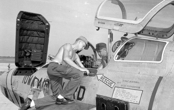 טכנאים עובדים על מטוס F84