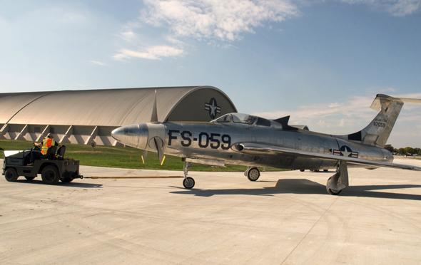 מטוס XF84H נגרר למוסך