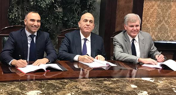 """מימין: מנכ""""ל דלק קידוחים יוסי אבו, עלי ראפע מנכ""""ל דולפינוס וקית' אליוט סגן נשיא נובל"""