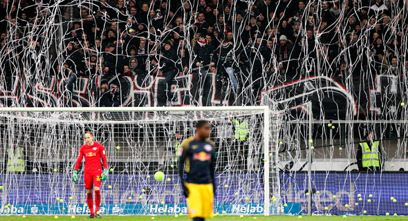 """מאות אוהדים עזבו את המושבים שלהם במגרש בתחילת המשחק והורמו שלטים עם הכיתובים: """"לא לכדורגל בערב שני""""."""