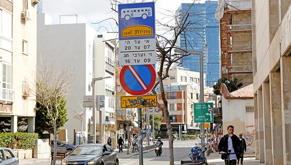 """שלט נתיב תחבורה ציבורית בת""""א, צילום: עמית שעל"""