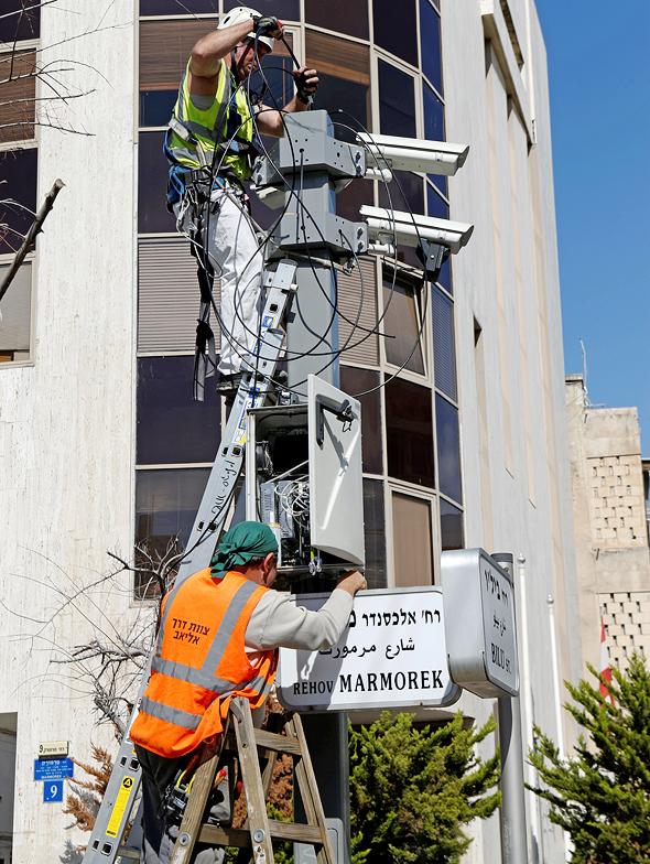 התקנת מצלמות אכיפה בתל אביב, בשבוע שעבר. אין אזהרה על עבירה ראשונה, צילום: עמית שעל