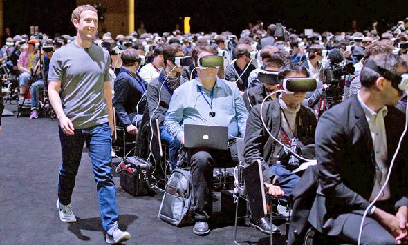 """מארק צוקרברג בכנס המובייל בברצלונה. """"מתחילה לחלחל ההבנה שסיפור הפייק ניוז בפייסבוק הוא סיפור של מונופול ששולט בזרימת המידע בחברה שלנו"""""""