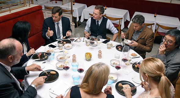 """הארוחה הערוכה שיזמה סלקטיס. ניל פטריק האריס (במרכז): """"מציאות שלא הכרתי"""""""