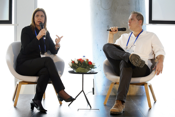 """ענת גבריאל מנכ""""לית יוניליוור ישראל בשיחה עם עמיר קורץ"""