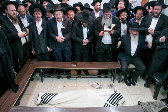 תלמידיו של הרב אוירבך מבכים את מותו, צילום: אוהד צויגנברג