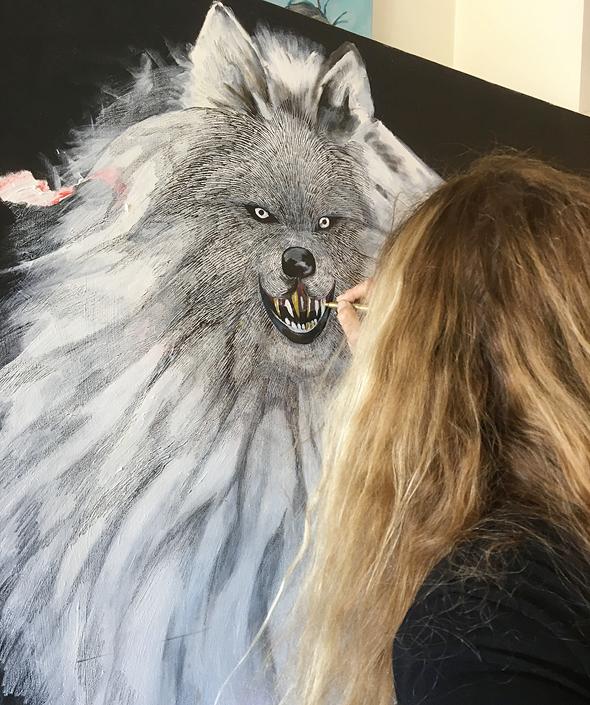 האמנית טובה פסח מציירת את אחד מזאביה