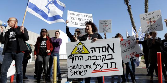 """תושבים מעמק חפר מפגינים מול ועידת האנרגיה: """"אסדת לווייתן מול חוף דור תרעיל את תושבי ישראל"""""""