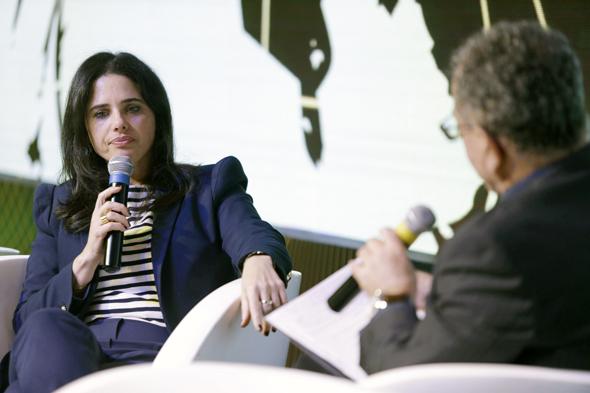 יהודה שרוני בשיחה עם השרה איילת שקד בוועידת האנרגיה, צילום: עמית שעל