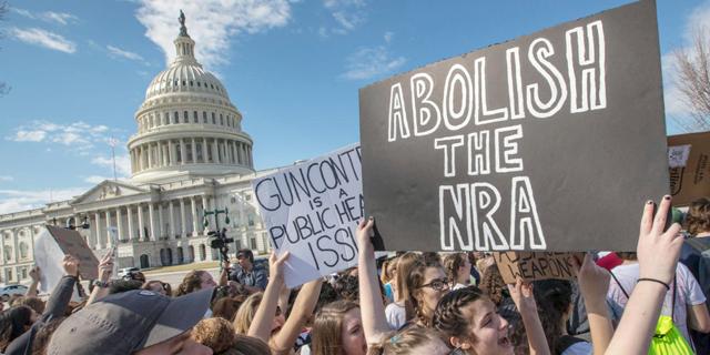 הנדז אפ: התיכוניסטים מצליחים לטלטל את תרבות הנשק האמריקאית