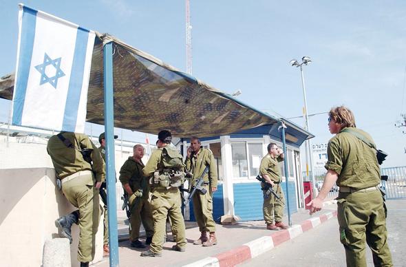 """חיילים במחסום ארז. """"התפקיד שלי ככלכלן הוא להגיד לאנשים:"""